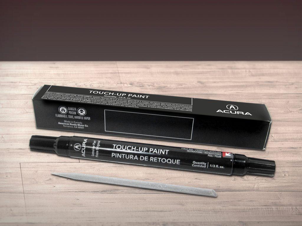 Boîte, crayon et outil de retouche.